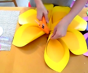 How to Make Giant Hawaiian Paper Flowers-7