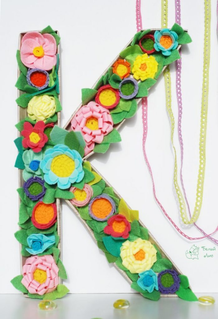 how-to-make-an-interior-letter-with-flowers-made-of-felt-26
