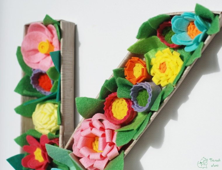 how-to-make-an-interior-letter-with-flowers-made-of-felt-27