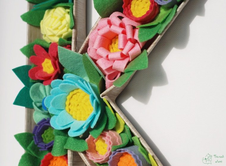 how-to-make-an-interior-letter-with-flowers-made-of-felt-28