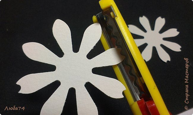 how-to-make-daisy-from-the-paper-for-scrapbooking-14