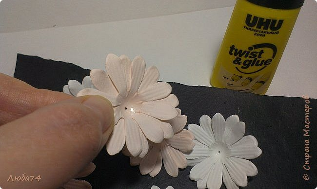 how-to-make-daisy-from-the-paper-for-scrapbooking-29