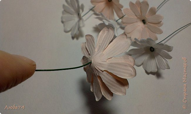 how-to-make-daisy-from-the-paper-for-scrapbooking-31