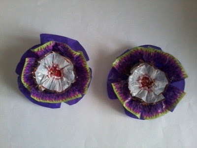 Making flowers from candy wrappers-10