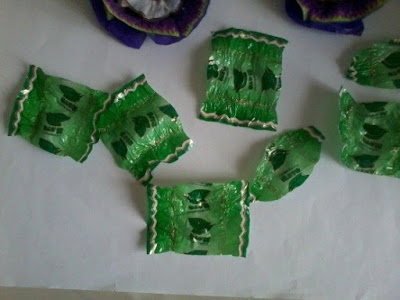Making flowers from candy wrappers-11