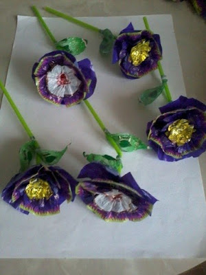 Making flowers from candy wrappers-17