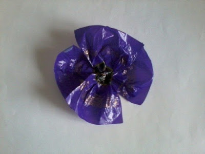 Making flowers from candy wrappers-7