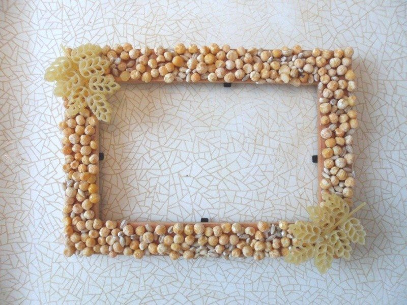 photo-frame-decorated-with-peas-barley-and-curly-pasta-1