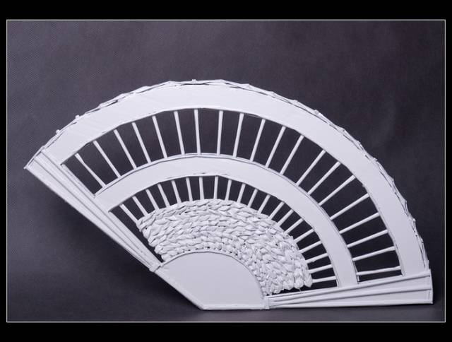 wonderful-decorative-fan-from-newspaper-tubes-2